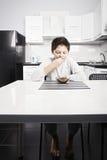 Junge im Pyjama Getreidebisse essend lizenzfreie stockfotografie