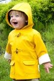Junge im Regenmantel Lizenzfreie Stockbilder