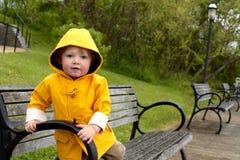 Junge im Regenmantel Lizenzfreies Stockbild