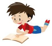 Junge im roten Hemdlesebuch Lizenzfreie Stockfotografie