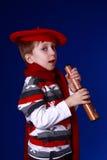 Junge im roten Schal und im Barett mit einem Spyglass Stockfotos