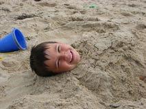 Junge im Sand Stockfoto
