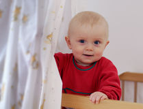 Junge im Schätzchen-Bett Stockfotografie