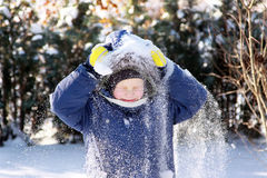 Junge im Schnee. Stockfoto