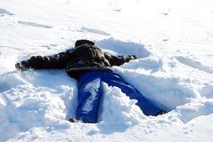 Junge im Schnee. Lizenzfreies Stockfoto