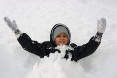 Junge im Schnee Stockfoto