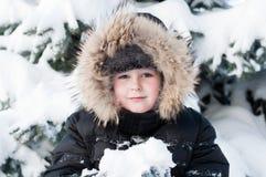 Junge im schneebedeckten Wald lizenzfreie stockfotos