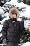 Junge im schneebedeckten Wald lizenzfreie stockbilder