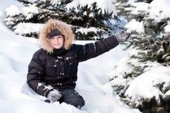 Junge im schneebedeckten Wald stockbild