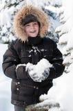 Junge im schneebedeckten Wald stockfoto