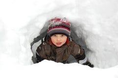 Junge im Schneetunnel Lizenzfreies Stockbild