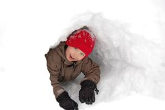 Junge im Schneetunnel Lizenzfreies Stockfoto