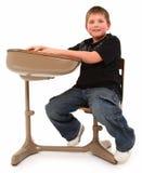 Junge im Schreibtisch Stockfotos