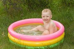Junge im Schwimmbad lizenzfreies stockbild