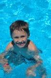 Junge im Schwimmbad Stockfotos
