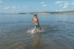 Junge im sehr kalten Wasser stockbilder