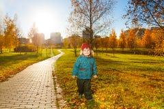 Junge im sonnigen Herbstpark Lizenzfreie Stockfotos