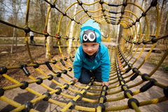 Junge im Spielplatz Stockfotos