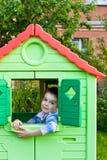 Junge im Spielplatzhaus Stockfoto