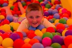 Junge im Spielzimmer der Kinder stockfotografie