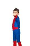 Junge im Spinnenkostüm, das Fausthand zeigt Stockfotografie