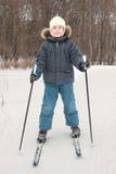 Junge im Sportkleidskifahren am Wald Stockbild