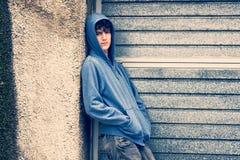 Junge im städtischen Hintergrund Lizenzfreies Stockbild