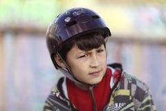 Junge im Sturzhelm Stockfoto