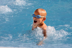 Junge im Swimmingpool. Stockfotos