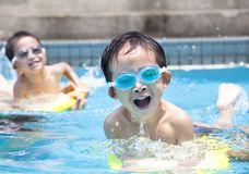 Junge im Swimmingpool Stockfotos
