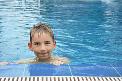 Junge im Swimmingpool Stockfotos