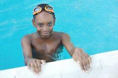 Junge im Swimmingpool Lizenzfreie Stockfotos