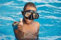 Junge im Swimmingpool Stockbild
