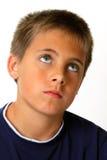 Junge im tiefen Gedanken, der oben schaut lizenzfreie stockbilder