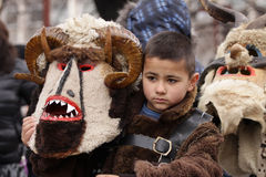 Junge im traditionellen Maskeradekostüm lizenzfreie stockfotografie