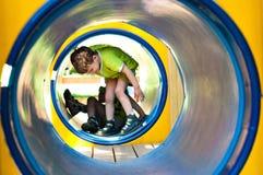 Junge im Tunnel Stockfotografie