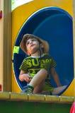 Junge im Tunnel im Cowboyhut Lizenzfreies Stockbild