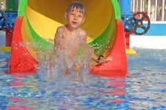 Junge im Wasserpark Stockbild