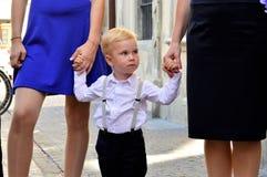 Junge im weißen Hemd Stockfotos