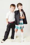 Junge im weißen Hemd umarmt ein Mädchen durch die Schulter Lizenzfreies Stockfoto