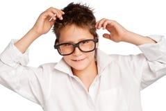 Junge im weißen Hemd und in den großen Gläsern lizenzfreie stockbilder