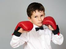 Junge im weißen Hemd und in der Fliege in kämpfender Position Stockbild