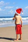 Junge im Weihnachtsmann-Hut Stockfotos