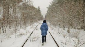 Junge im Winter im Wald stock footage