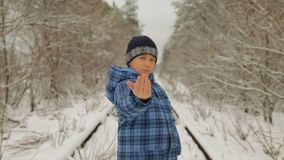 Junge im Winter im Wald stock video
