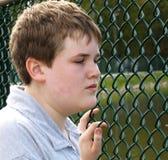 Junge im Zaun Stockfotografie