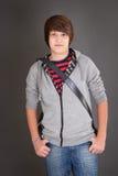 Junge im zufälligen Blick mit seinem slingbag Lizenzfreie Stockbilder