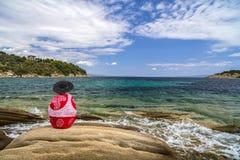 Junge im zufälligen Entspannungsc$sitzen auf Sommermeer Stockfotografie