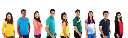 Junge indische/asiatische Gruppe von Personen, welche die Kamera, lächelnd betrachtet Lokalisiert auf Weißrückseite Lizenzfreie Stockfotografie