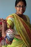 Junge indische Frau in einer Sari mit Armbändern Stockbilder